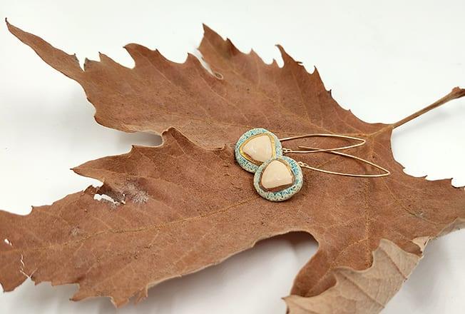 העגילים עשויים מקרמיקה ומחוברים למתלה גולדפילד עם נגיעות זהב 24 קארט. כל זוג עגילים זוכה ליחס אישי בתהליך ארוך של עבודת יד.