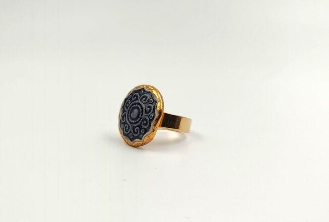 טבעת יחודית עבודת יד מסותתים מחימר עם שכבת גלזורה ועיטורי זהב